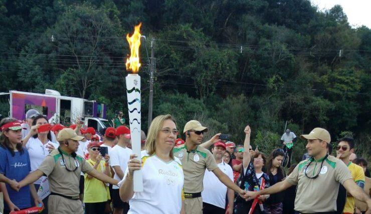 presidente-da-cruz-vermelha-brasileira-conduz-tocha