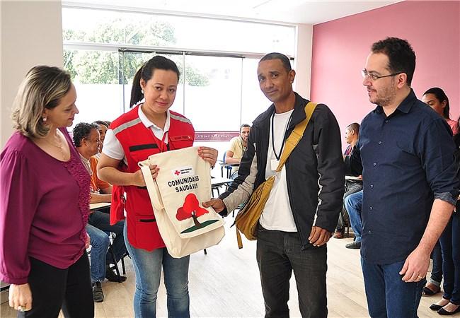 Cruz Vermelha Brasileira entrega kits para agentes de endemias de Governador Valadares