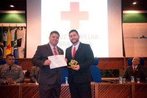 Presidente da Filial Amazonas, Mário Anibal, entregando o certificado de Amigo da Instituição ao Presidente Nacional, Julio Cals.